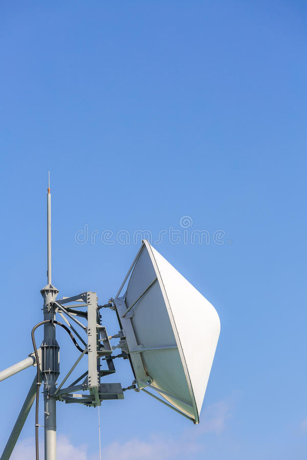 Δορυφορική και ραδιο συσκευή αποστολής σημάτων τηλεπικοινωνιών στοκ φωτογραφία με δικαίωμα ελεύθερης χρήσης