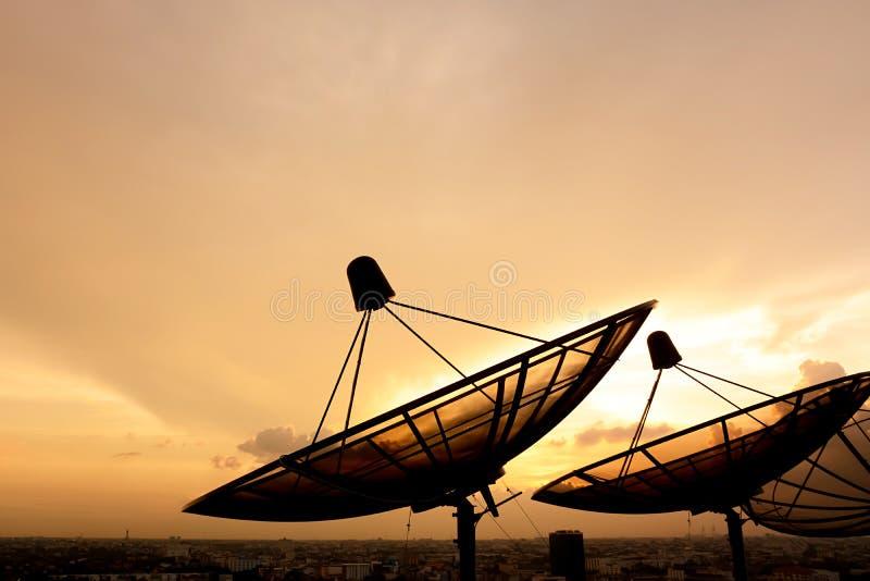 Δορυφορική σκιαγραφία πιάτων στον ουρανό λυκόφατος στοκ φωτογραφίες με δικαίωμα ελεύθερης χρήσης