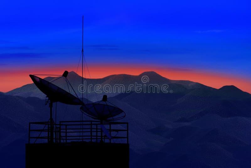 Δορυφορικό πιάτο με την όμορφη σκηνή βουνών στην ελαφριά χρήση πρωινού για το θέμα επικοινωνίας και τις τηλεπικοινωνίες που συνδέο στοκ φωτογραφίες με δικαίωμα ελεύθερης χρήσης