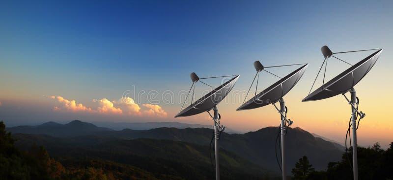 Δορυφορικό πιάτο με το ηλιοβασίλεμα στοκ εικόνες με δικαίωμα ελεύθερης χρήσης