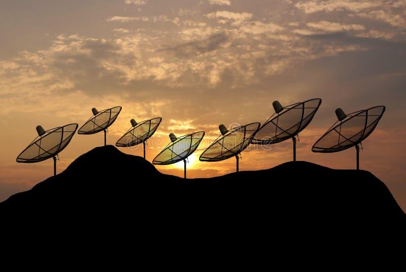Δορυφορικό πιάτο σκιαγραφιών ηλιοβασιλέματος στο λόφο στοκ φωτογραφίες με δικαίωμα ελεύθερης χρήσης