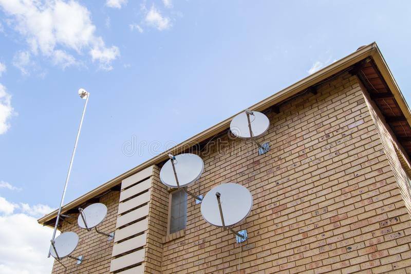 Δορυφορικό σπίτι πιάτων στοκ εικόνα με δικαίωμα ελεύθερης χρήσης