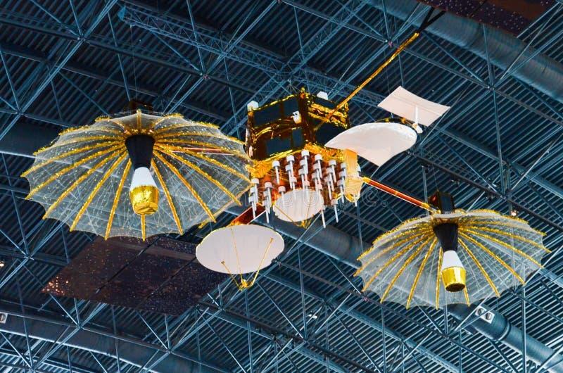 Δορυφόρος ηλεκτρονόμων καταδίωξης και στοιχείων στο σμιθσονιτικό αέρα & το διαστημικό μουσείο στοκ εικόνα