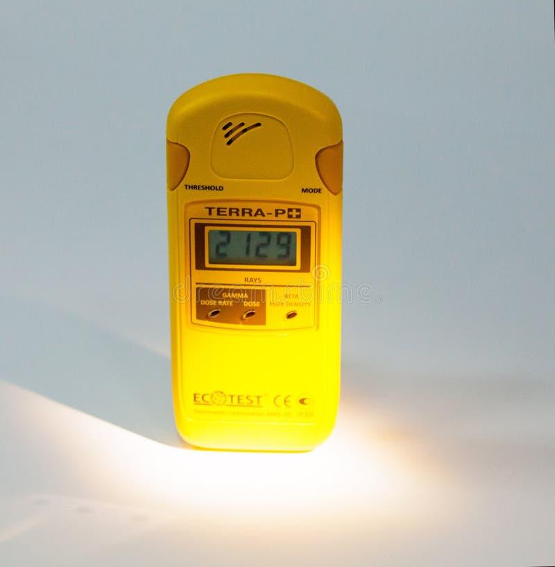 Δοσίμετρο που μετρά το επίπεδο ακτινοβολίας στοκ φωτογραφίες