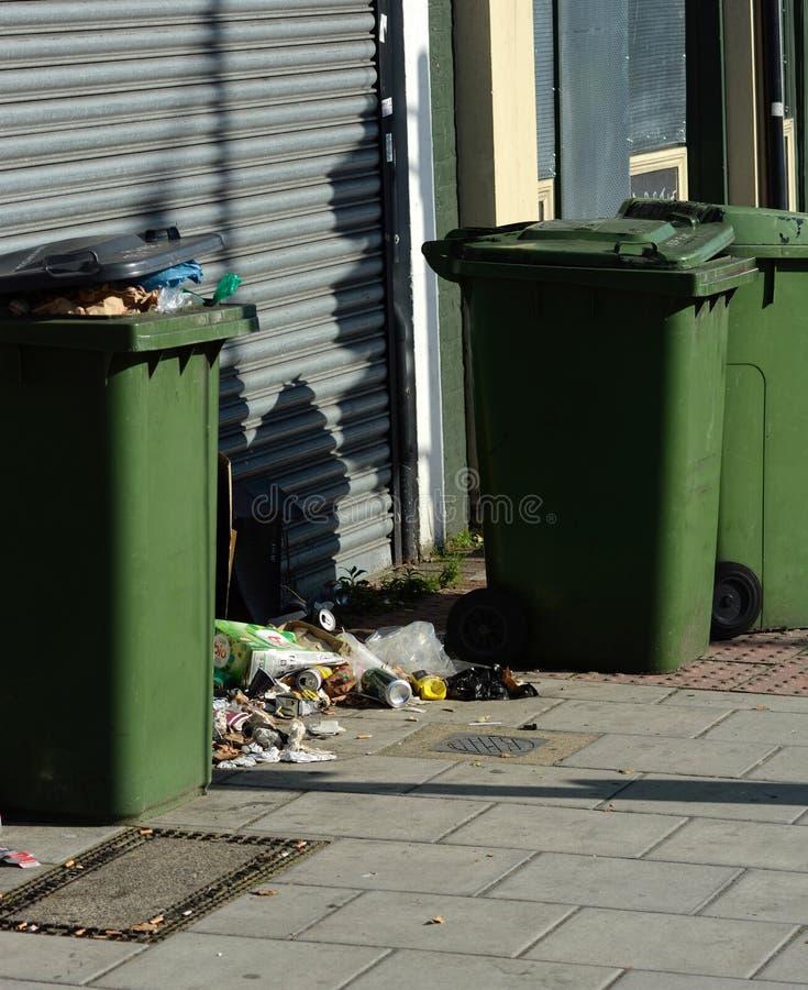 Δοχεία αποβλήτων που ξεχειλίζουν με τα σκουπίδια στοκ φωτογραφία με δικαίωμα ελεύθερης χρήσης