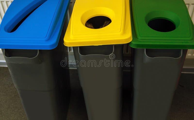 Δοχεία απορριμάτων με κωδικοποιημένα τα χρώμα καπάκια για την ανακύκλωση και την ταξινόμηση των διαφορετικών υλικών στοκ φωτογραφία