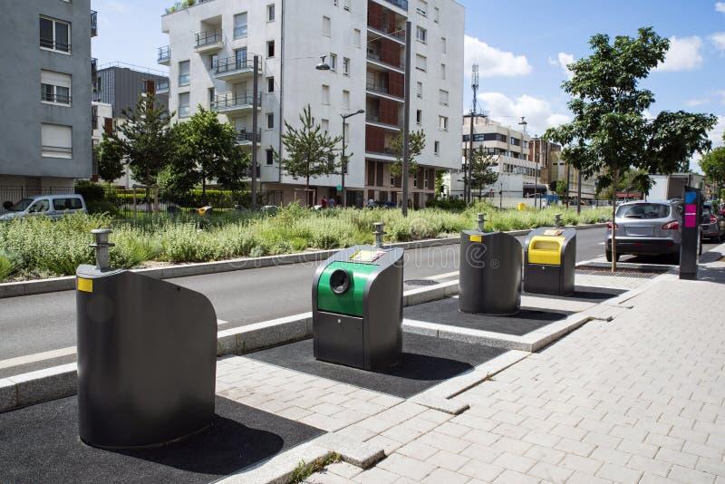 Δοχεία απορριμάτων στην πόλη στοκ εικόνα