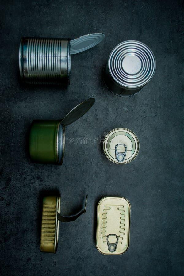 δοχεία Απόβλητα μετάλλων τοποθετήστε το κείμενο στοκ εικόνα με δικαίωμα ελεύθερης χρήσης