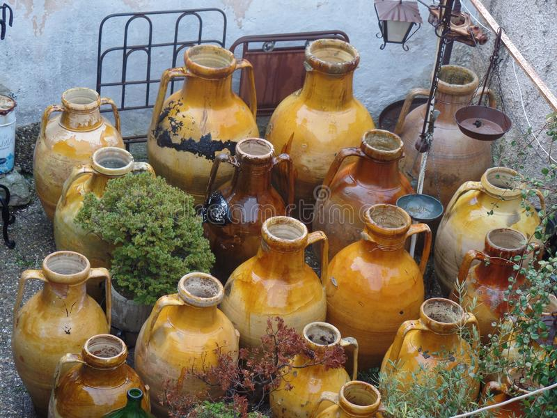 Δοχεία αργίλου για την πώληση σε Alberobello, Πούλια, νότια Ιταλία στοκ εικόνες