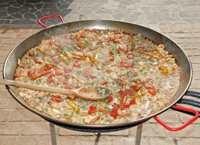 Δοχεία για το μαγείρεμα του pajella ρυζιού και ψαριών και των φρέσκων λαχανικών στοκ φωτογραφίες με δικαίωμα ελεύθερης χρήσης