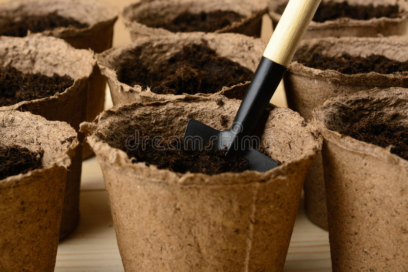 Δοχεία τύρφης με το χώμα και το φτυάρι στοκ φωτογραφία με δικαίωμα ελεύθερης χρήσης