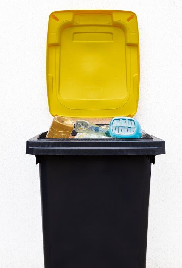 Δοχείο απορριμάτων για το πλαστικό στοκ εικόνα με δικαίωμα ελεύθερης χρήσης