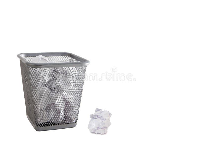 Δοχείο απορριμάτων με τα απόβλητα εγγράφου που απομονώνονται στο λευκό στοκ φωτογραφία