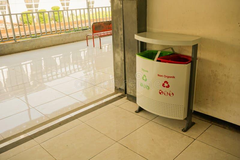 Δοχείο απορριμμάτων ή κιβώτιο με οργανικό και μη στο σταθμό cina pondok στο depok Ιάβα Ινδονησία στοκ εικόνες