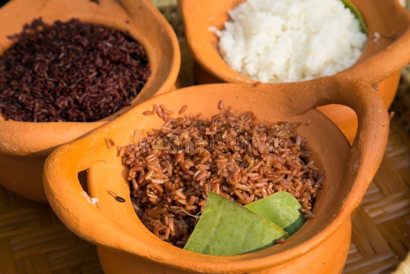 Δοχείο αργίλου που γεμίζουν με το άσπρο ρύζι στοκ εικόνες με δικαίωμα ελεύθερης χρήσης