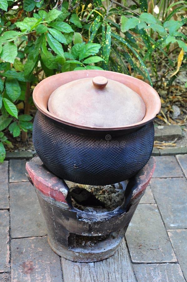 Δοχείο αργίλου στην ταϊλανδική κουζίνα στοκ φωτογραφία με δικαίωμα ελεύθερης χρήσης