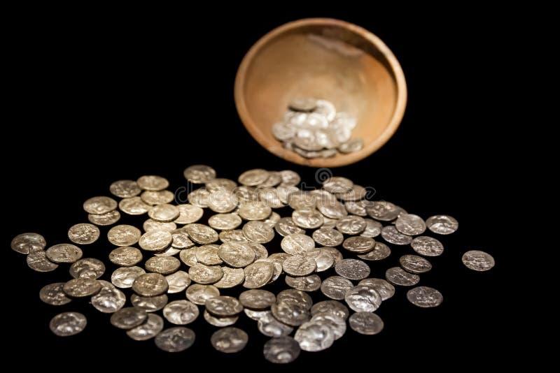 Δοχείο θησαυρών με τα αρχαία χρυσά και ασημένια χρήματα νομισμάτων στοκ φωτογραφία με δικαίωμα ελεύθερης χρήσης