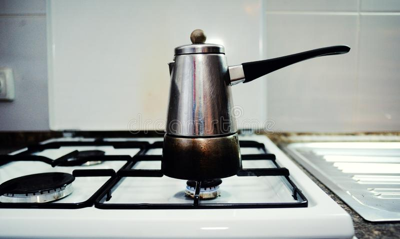 Δοχείο καφέ σε μια σόμπα αερίου στοκ φωτογραφία με δικαίωμα ελεύθερης χρήσης
