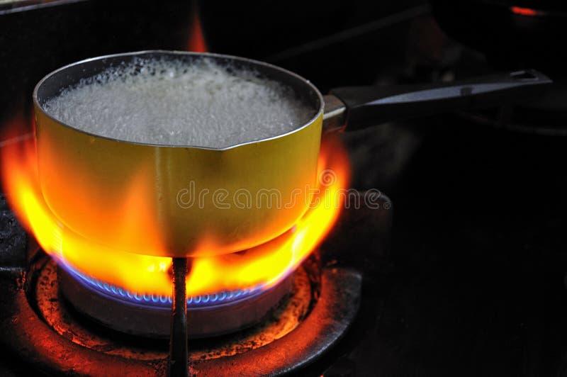 Δοχείο με την πυρκαγιά στοκ εικόνα με δικαίωμα ελεύθερης χρήσης