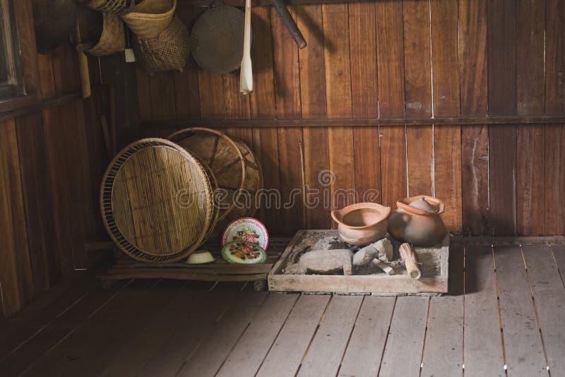 δοχείο, ψάθινο καλάθι στην παραδοσιακή κουζίνα στην αγροτική Ταϊλάνδη παλαιός στοκ εικόνα με δικαίωμα ελεύθερης χρήσης