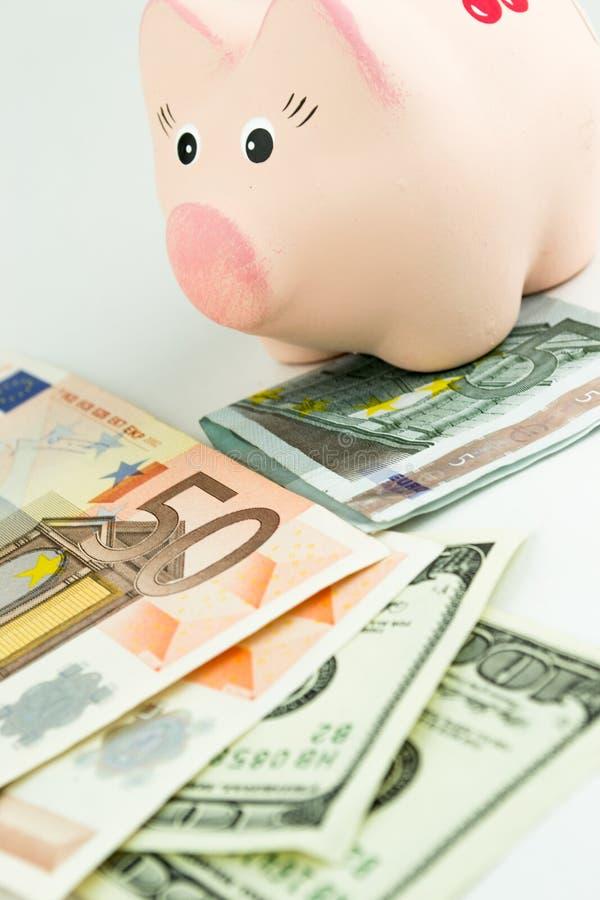Δολάρια, ευρώ και moneybox στοκ εικόνα με δικαίωμα ελεύθερης χρήσης