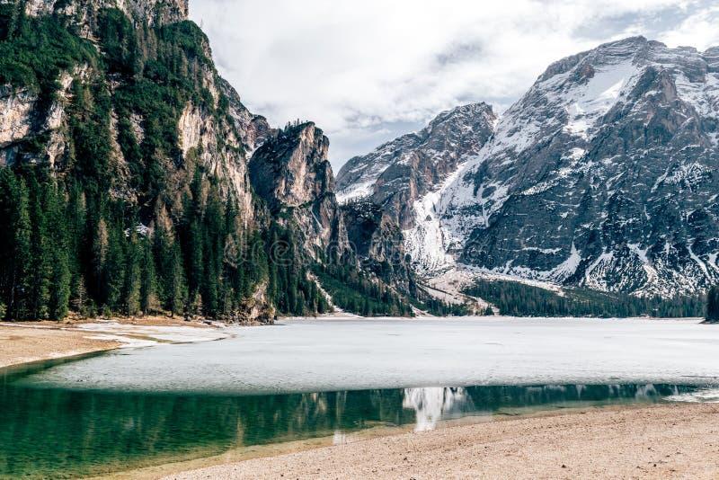 Δολομίτες λιμνών wildsee Pragser στοκ φωτογραφία