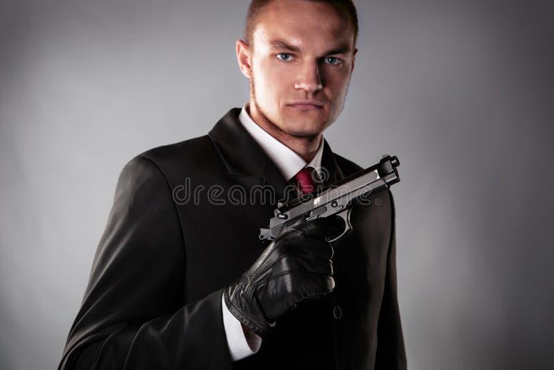 Δολοφόνος στο μαύρο κοστούμι στοκ εικόνες