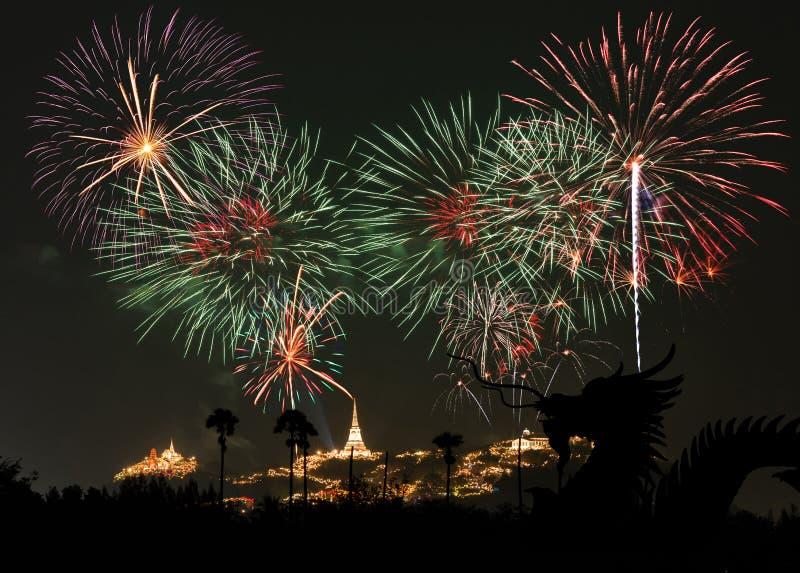 Δράκος και φεστιβάλ πυροτεχνημάτων σε Phetchaburi, Ταϊλάνδη στοκ φωτογραφία