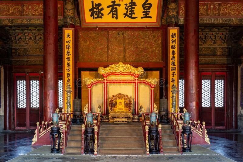 Δράκος-ξύλινη καρέκλα που χαράζεται με το χρυσό κουλούρι στοκ φωτογραφίες