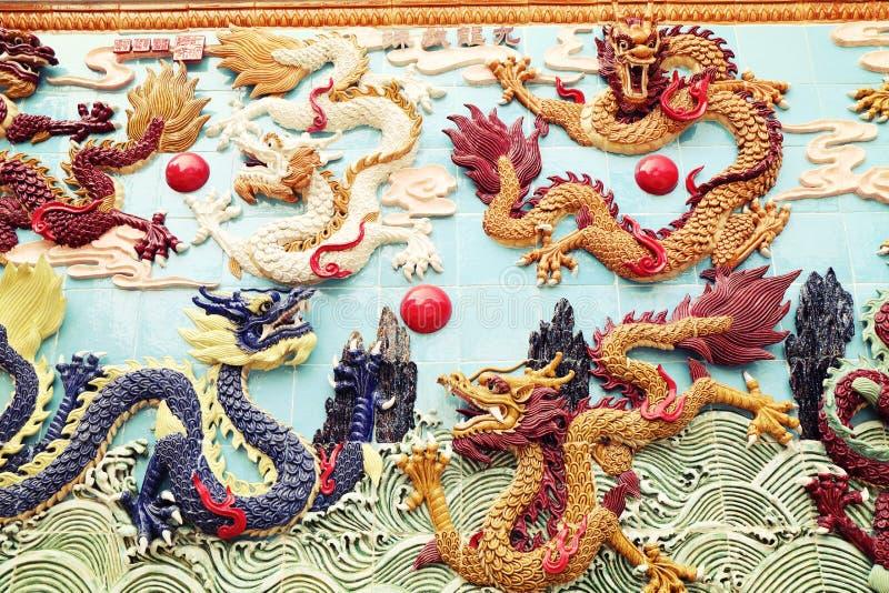 Δράκος παραδοσιακού κινέζικου στον τοίχο, ασιατικό κλασσικό γλυπτό δράκων στοκ φωτογραφία με δικαίωμα ελεύθερης χρήσης