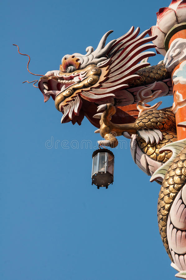 Δράκος στο στυλοβάτη με το υπόβαθρο ουρανού στοκ φωτογραφία με δικαίωμα ελεύθερης χρήσης