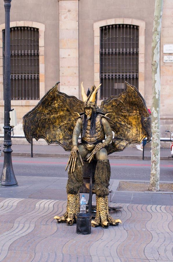Δράκος χαλκού mime στην οδό Λα Rambla στοκ φωτογραφίες
