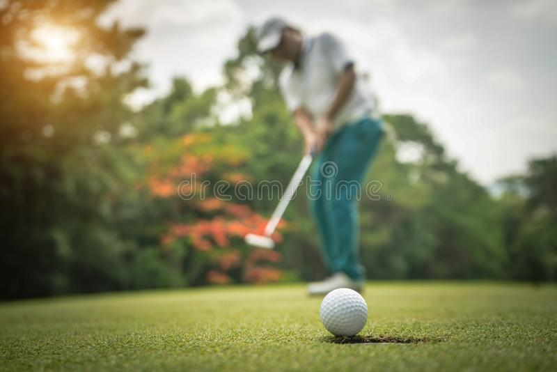 Δράση παικτών γκολφ για να κερδίσουν μετά από τη μακριά σφαίρα γκολφ τοποθέτησης στο πράσινο γκολφ στοκ εικόνες με δικαίωμα ελεύθερης χρήσης