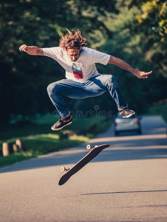 Δράση που πυροβολείται ενός skateboarder που κάνει πατινάζ, που κάνει τα τεχνάσματα και που πηδά στοκ φωτογραφία με δικαίωμα ελεύθερης χρήσης