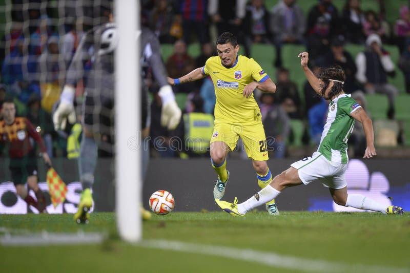 Δράση ποδοσφαίρου - Dribble προς το στόχο στοκ εικόνες