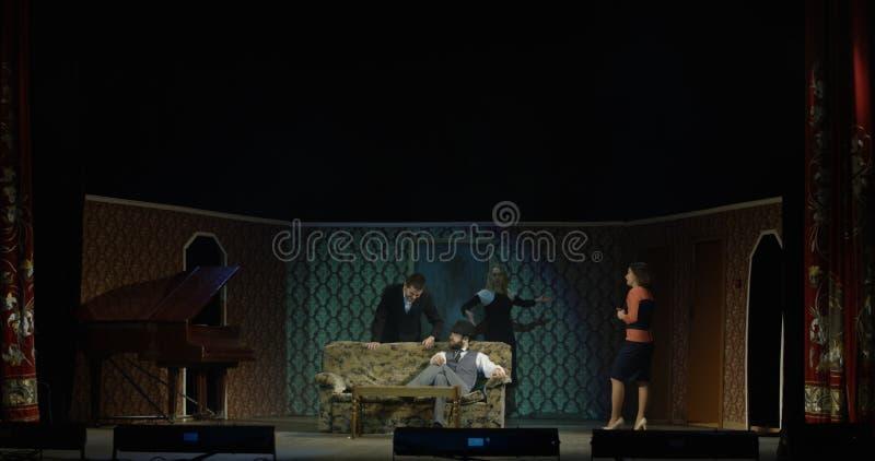 Δράστες που εκτελούν μια σκηνή σε ένα θέατρο στοκ φωτογραφίες