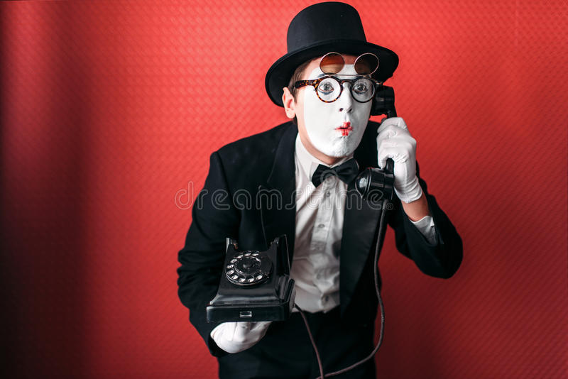 Δράστης θεάτρων Mime που αποδίδει με το παλαιό τηλέφωνο στοκ φωτογραφία με δικαίωμα ελεύθερης χρήσης