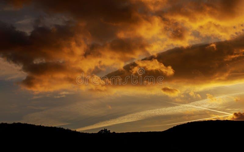 Δραματικά μαγικά σύννεφα σωρειτών ουρανού ηλιοβασιλέματος στο ηλιοβασίλεμα στοκ φωτογραφίες