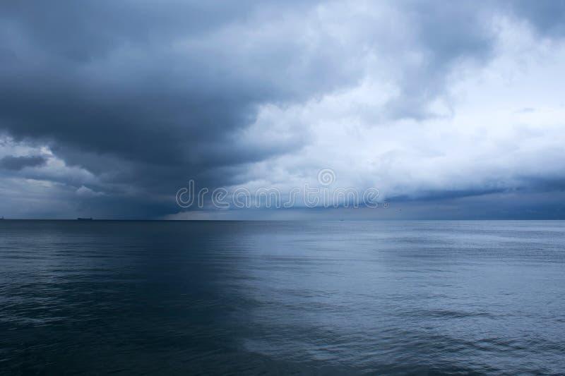 Δραματικά σύννεφα θύελλας πέρα από τη θάλασσα βαλτική Εσθονία κοντά στη θάλασσα somethere Ταλίν Seascape μπροστά από μια θύελλα στοκ φωτογραφία με δικαίωμα ελεύθερης χρήσης