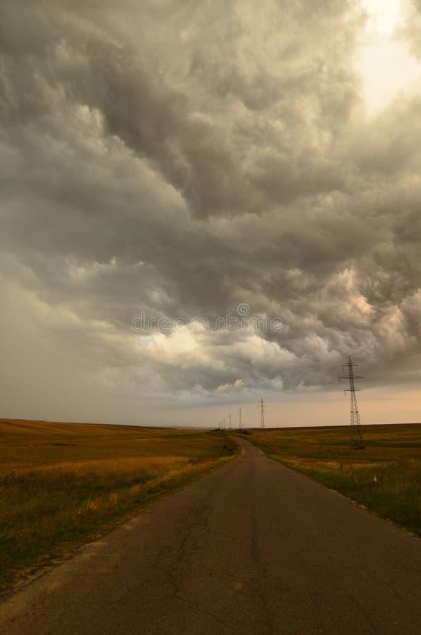 Δραματικά σύννεφα θύελλας πέρα από το δρόμο στοκ φωτογραφία