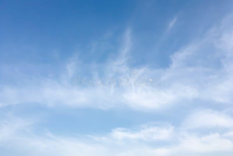 Δραματική άποψη ατμόσφαιρας του θερινού μπλε ουρανού στοκ εικόνες