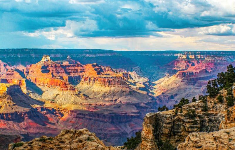 Δραματική άποψη του μεγάλου φαραγγιού με το δραματικό φωτισμό και τον ουρανό στοκ φωτογραφία με δικαίωμα ελεύθερης χρήσης
