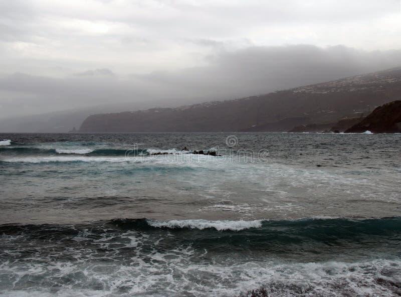 Δραματική θυελλώδης θάλασσα κοντά στο puerto cruz tenerife στοκ φωτογραφία