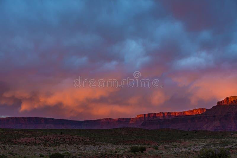 Δραματική θύελλα στο ηλιοβασίλεμα στη χώρα φαραγγιών της νότιας Γιούτα στοκ φωτογραφία με δικαίωμα ελεύθερης χρήσης