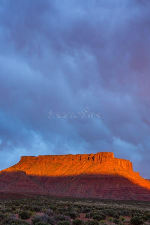 Δραματική θύελλα στο ηλιοβασίλεμα στη χώρα φαραγγιών της νότιας Γιούτα στοκ εικόνα