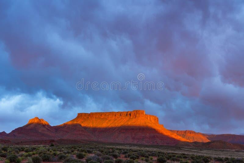 Δραματική θύελλα στο ηλιοβασίλεμα στη χώρα φαραγγιών της νότιας Γιούτα στοκ φωτογραφία