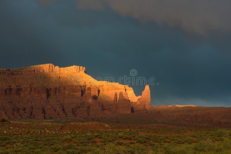 Δραματική θύελλα στο ηλιοβασίλεμα στη χώρα φαραγγιών της νότιας Γιούτα στοκ εικόνες