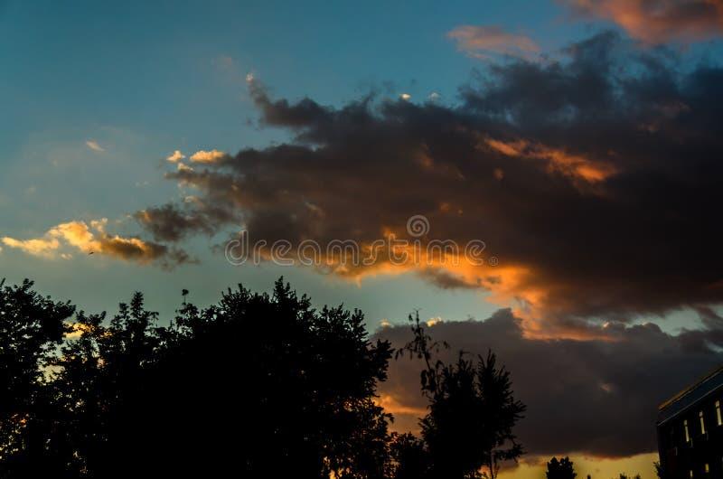 Δραματική σκηνή cloudscape στο πορτοκαλί ηλιοβασίλεμα, χρωματισμένα φω'τα ο ήλιων στοκ φωτογραφία με δικαίωμα ελεύθερης χρήσης