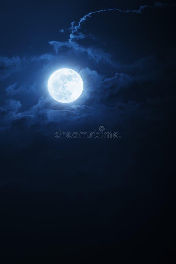 Δραματικοί νυχτερινοί σύννεφα και ουρανός με το όμορφο πλήρες μπλε φεγγάρι στοκ φωτογραφία