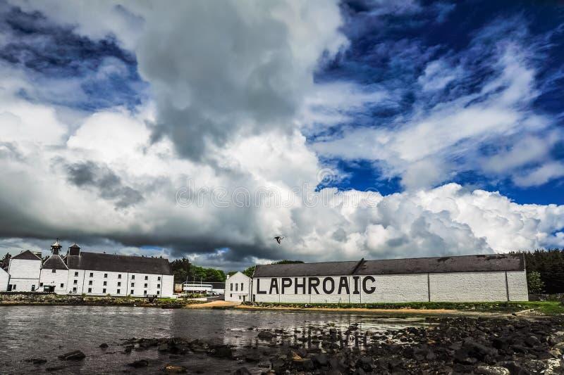 Δραματικοί ουρανός και πουλί πέρα από Laphroaig στοκ φωτογραφίες με δικαίωμα ελεύθερης χρήσης